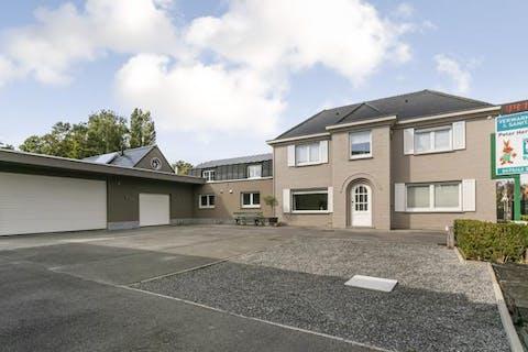Huis met ruime garage/atelier te Oostkamp.