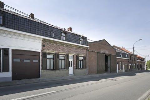 Te renoveren rijwoning met tuin in Sint Jan Ter Biezen