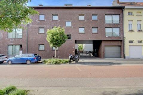 Ruim 2 slaapkamer appartement van 114 m² met groot terras te koop in Hemiksem.