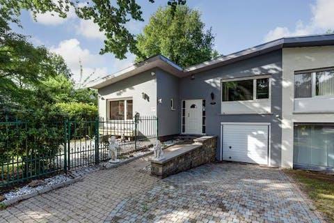 Zeer gunstig gelegen split-level villa met o.a. ruime woonkamer met open keuken, 2 à 3 slaapkamers, inpandige garage, verwarmd zwembad, vijver, buitenbar,...