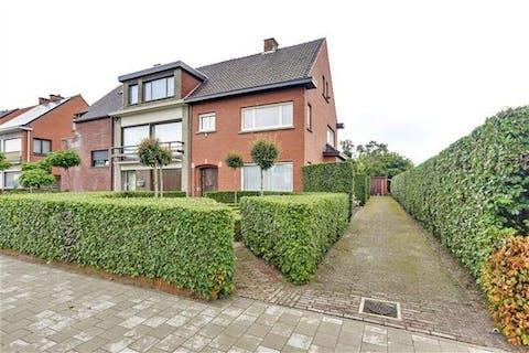 Rustig gelegen grote woning met mooie aangelegde tuin, boomgaard, garage, schuur en 6 slaapkamers!