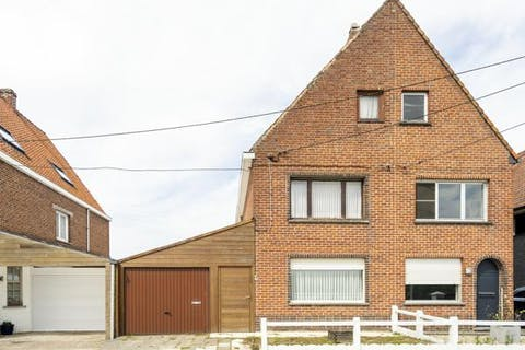 Te renoveren halfopen huis te Waregem op landelijke ligging