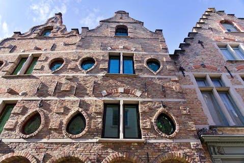 Karaktervol huis (140m² bewoonbaar) met 3 tot 4 slaapkamers te koop te centrum Brugge