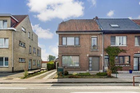 Verzorgd huis in het centrum van Kruibeke met drie tot vier slaapkamers, garage en tuin
