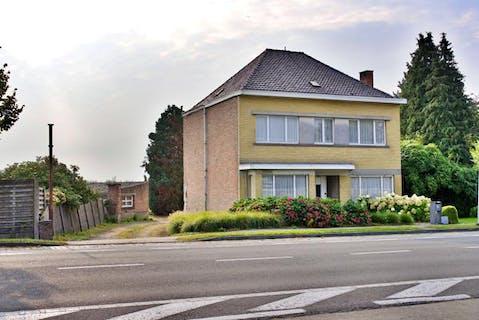Alleenstaand huis met landbouwgrond te koop nabij centrum Torhout