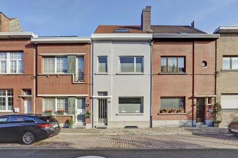 Gerenoveerd huis met zonnige tuin te Merksem!