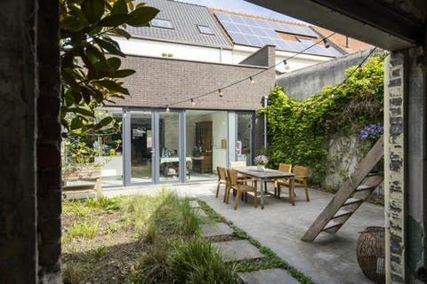 Prachtig gerenoveerd gelijkvloers huis  te koop in centrum Waregem met binnentuin
