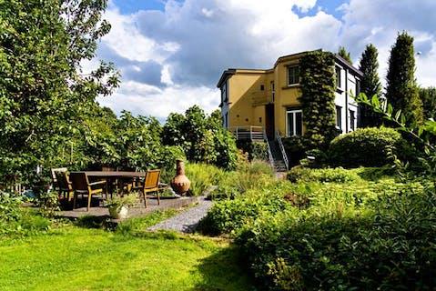 Uniek huis nabij centrum Izegem met fantastische tuin!