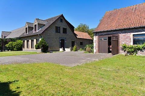 Te renoveren woning met bijgebouwen te Aalter