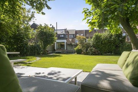 Polyvalent huis met uitzonderlijke tuin (742m²) te Brugge.