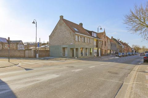 Huis met commerciële ruimte (48m²), 5 slaapkamers, garage en aangename tuin te Sijsele