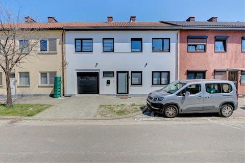 Volledig gerenoveerd en instapklaar huis te koop op centrale locatie met 4 slaapkamers, 2 badkamers, garage en leuke tuin.