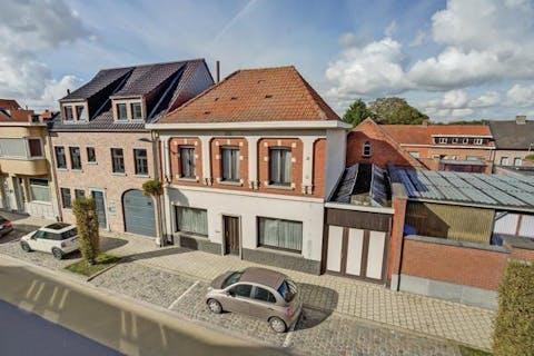 Op te frissen huis met groot magazijn en atelier te koop in het centrum van Loenhout!