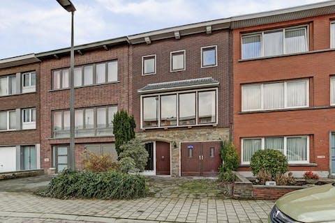Huis te koop in Deurne met grote tuin en garage