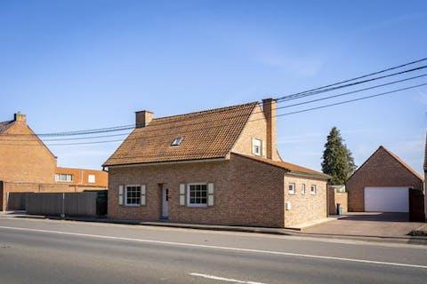 Huis op 1.556 m² met ruime garage en uitweg
