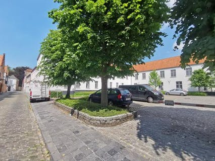 Bovengrondse afgesloten autostaanplaats (p.7) te koop in een centrum Brugge