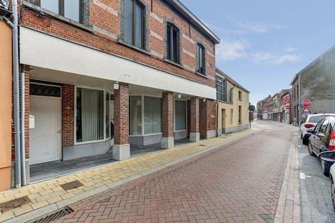 te renoveren handelspand met duplex appartement gelegen in het centrum van Sint-Amands