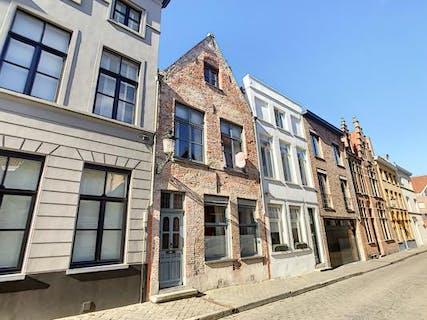 Karaktervol huis te koop met 4 slaapkamers, veel charme en authentiek karakter in hartje Brugge nabij de Brugse reien