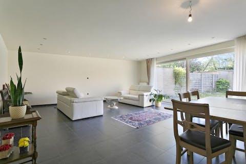 Ruim huis met 4 slaapkamers, garage en tuin binnen de stadspoorten van Brugge
