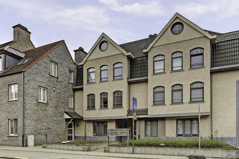 Appartement met twee slaapkamers, terras en autostaanplaats in het centrum van Hingene