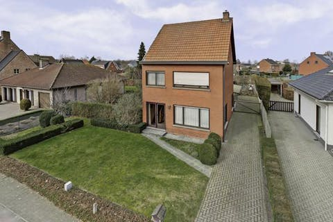Op te frissen woning te koop in centrum Loenhout!