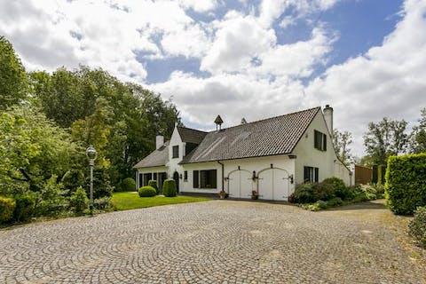Ruime op te frissen villa op een prachtige ligging te Hertsberge.
