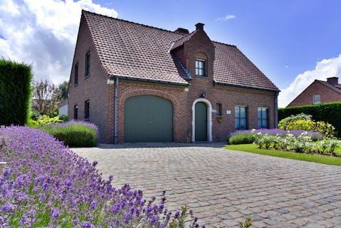 Alleenstaand huis te koop in Roeselare met prachtige tuin.