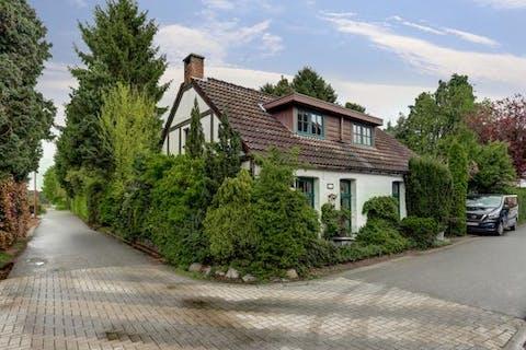 Verrassend ruime gezinswoning met o.a. prachtige orangerie en praktisch bijgebouw, op wandelafstand van de Kalmthoutse Heide.
