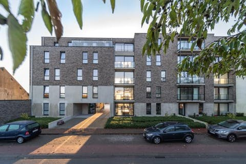 Nieuwbouwappartement (105m²) met 2 slaapkamers, garagebox en staanplaats te koop in Veurne.