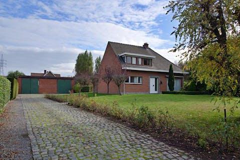 Alleenstaand huis met mogelijks grote garage te Roeselare