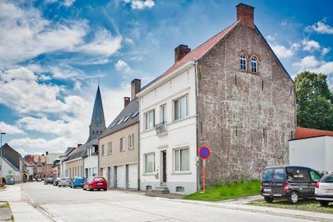 Karaktervol herenhuis met zonnig terras, praktijkruimte en 4 slaapkamers in het centrum van Zomergem