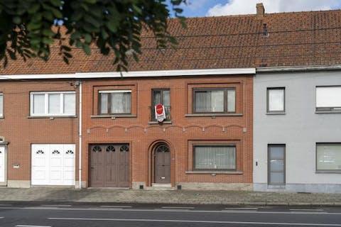 Stevig huis te Sint-Eloois-Vijve met 4 kamers en garage