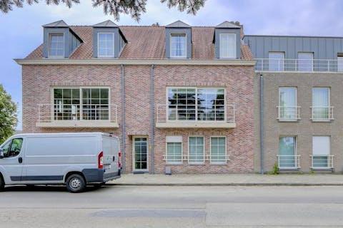 Gelijkvloers appartement (94m²) met 2 slaapkamers, terras (20m²) en autostaanplaats in Wilrijk