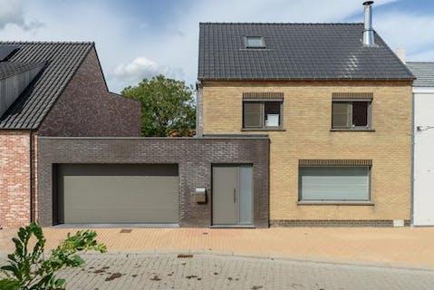 Gerenoveerde woning met 3 slaapkamers, garage en tuin.