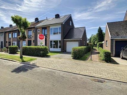 Half open bebouwing met 3 slaapkamers, 2 badkamers, garage en tuin nabij het centrum van Rupelmonde.