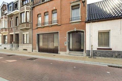 Te renoveren huis, in het dorpscentrum van Sint-Amands