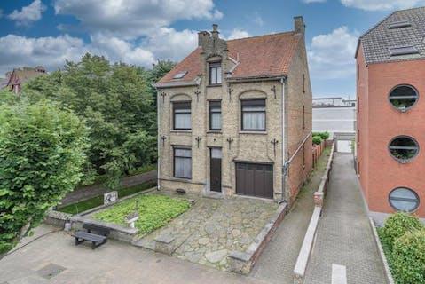 Huis met 5 slaapkamers te koop in centrum Veurne
