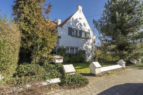 Karaktervolle, charmante en te renoveren villa te Kortrijk in het Leopold III kwartier