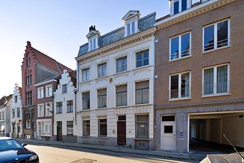 Opbrengsteigendom met studentenkamers te koop in de Wulfhagestraat te Brugge