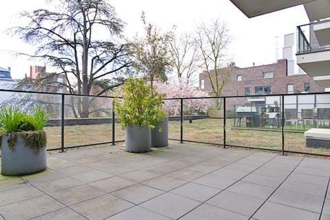 Lichtrijk en ruim appartement met garage en berging in centrum Roeselare!