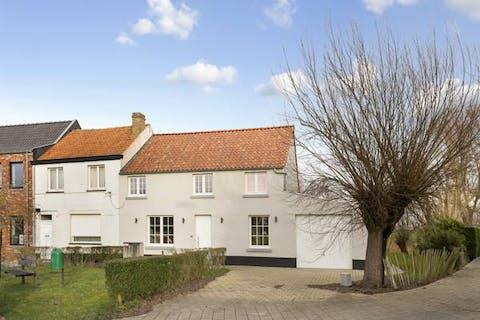Gerenoveerd huis met 3 slaapkamers en garage te Lapscheure (Damme).