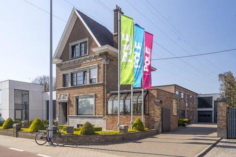 Ruime herenwoning met 3 slaapkamers en loods te Wevelgem.