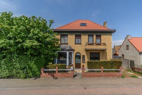 Ruim huis met 5 slaapkamers en 2 garages op 784m² te De Panne